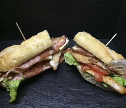 Bocadillo de pechuga con queso,bacon y pimiento verde