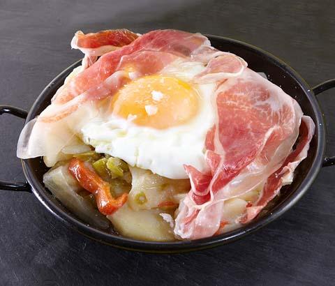 Cazuelita de huevos rotos con jamón ibérico