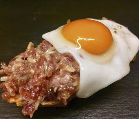 Pintxo de muselina de ibéricos y huevo frito