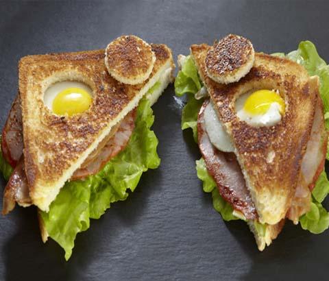 Sandwich de huevito con lomo asado, bacon, queso,lechuga y salsa rosa