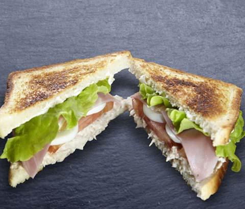 Sandwich vegetal con lechuga, toamte, huevo, jamón york y bonito